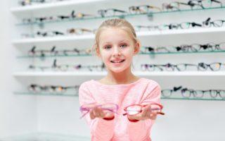 fetita cu ochelari-miopie