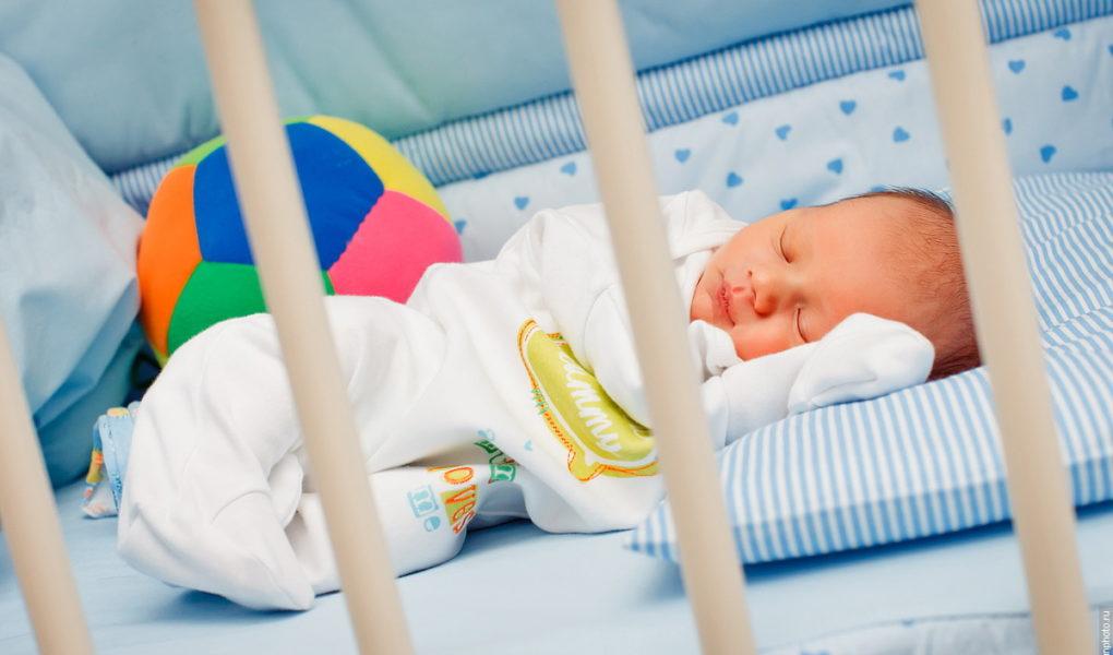 bebe doarme in patutul sau