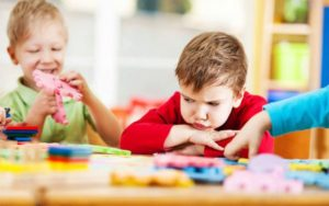 Read more about the article Copilul este jignit sau lovit la gradinita: ce ar trebui sa faca mama?