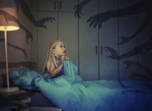 Frica de intuneric: Alunga monstrii ce vegheaza noptile copilasului tau