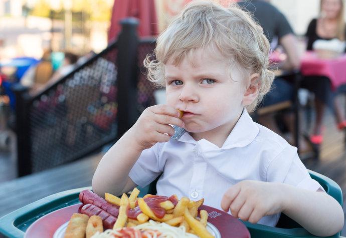baietii nu trebuie hraniti cu alimente grase