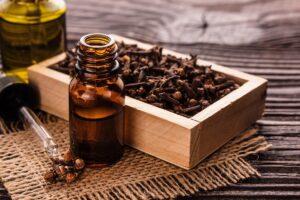 Ulei esential de cuisoare – in entorse, reumatism si diverse tipuri de dureri