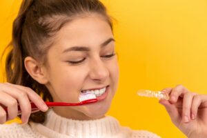 De ce se ingalbenesc dintii? 7 motive
