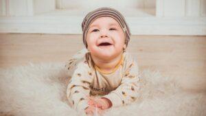 Read more about the article Când bebelușul începe să-și țină capul