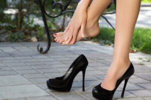 Read more about the article Principalele probleme ale femeilor care poartă tocuri înalte